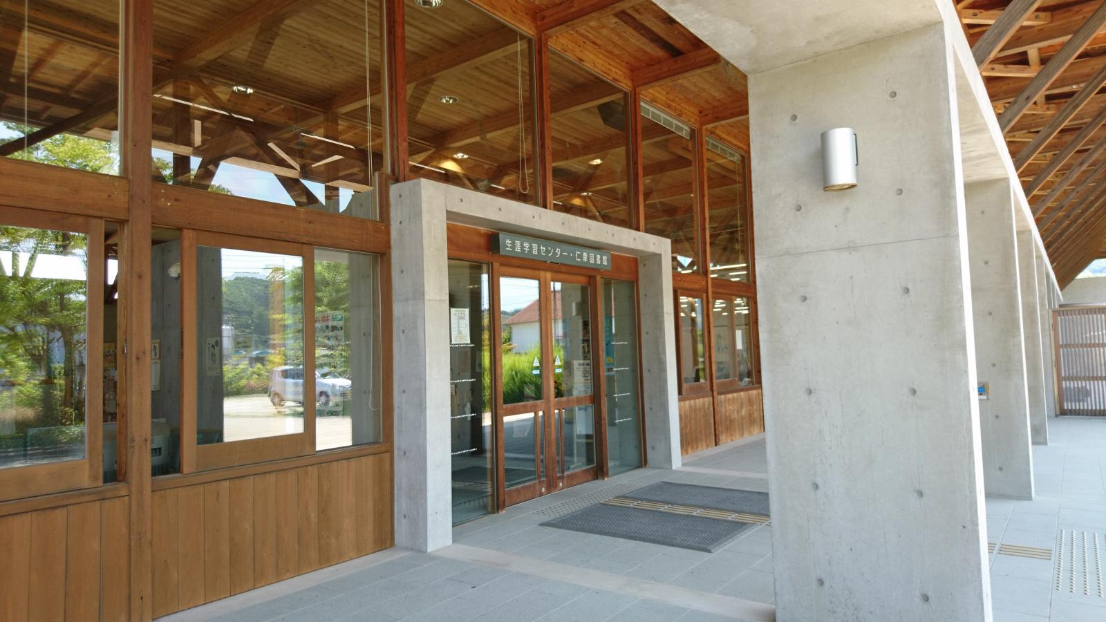木造りの立派な入り口