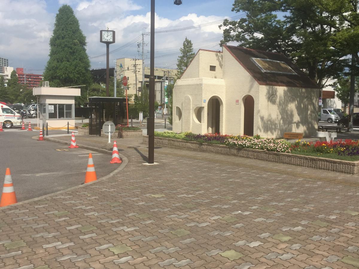 市役所の入り口建物