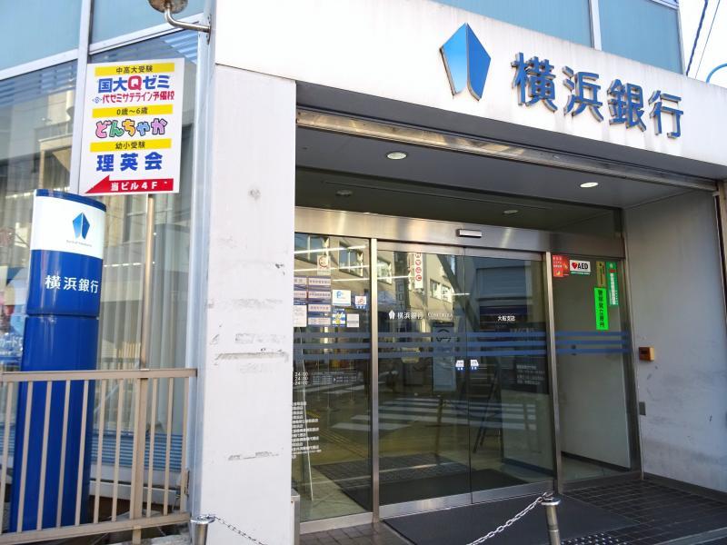 銀行入口と看板