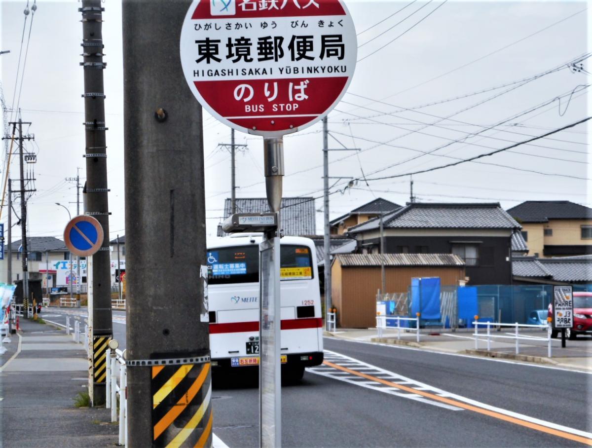 バス停と通過するバス
