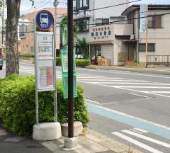 「川」バス停留所