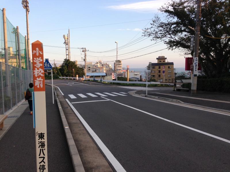 小学校前バス停(稲取高校上方面)稲取高校上側風景