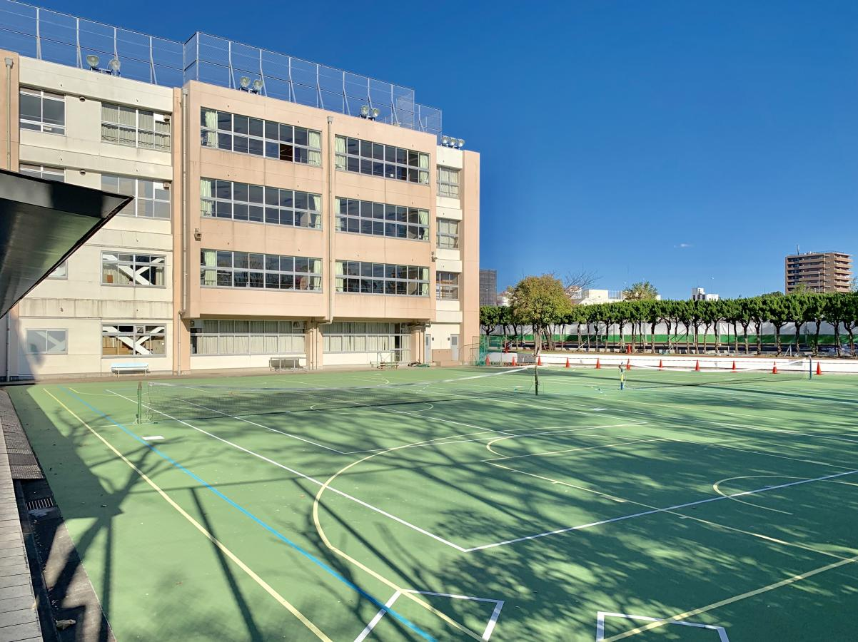台東区立桜橋中学校の校舎、グランド外観