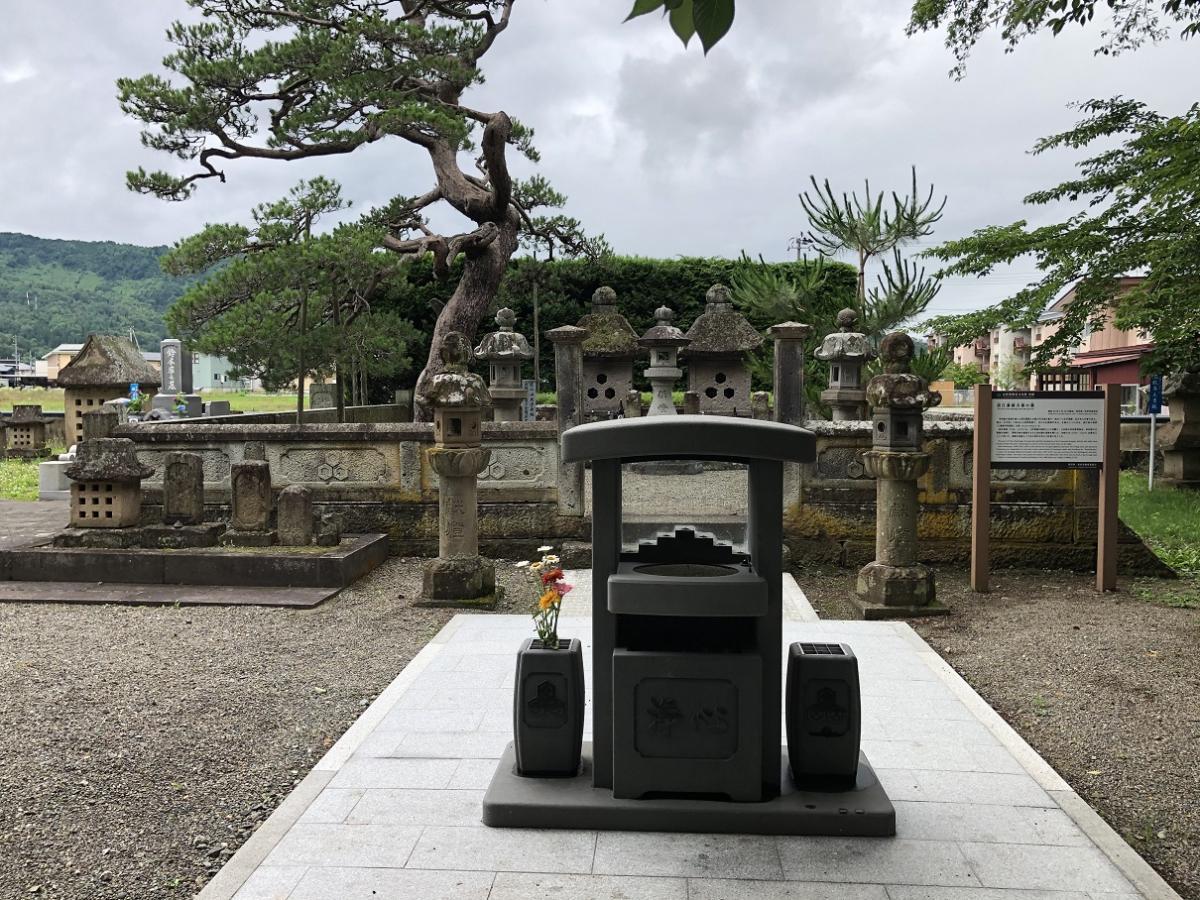 直江兼続夫婦の墓