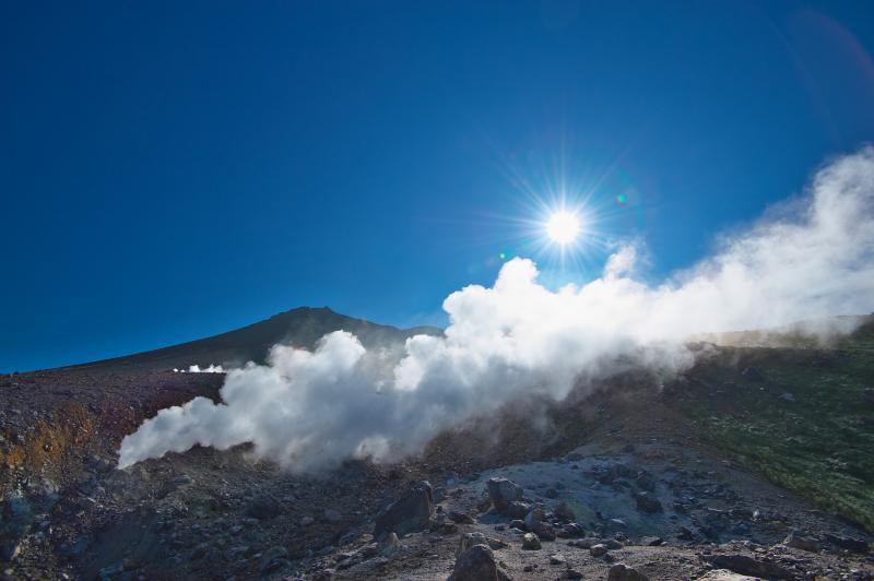 噴煙たなびく旭岳
