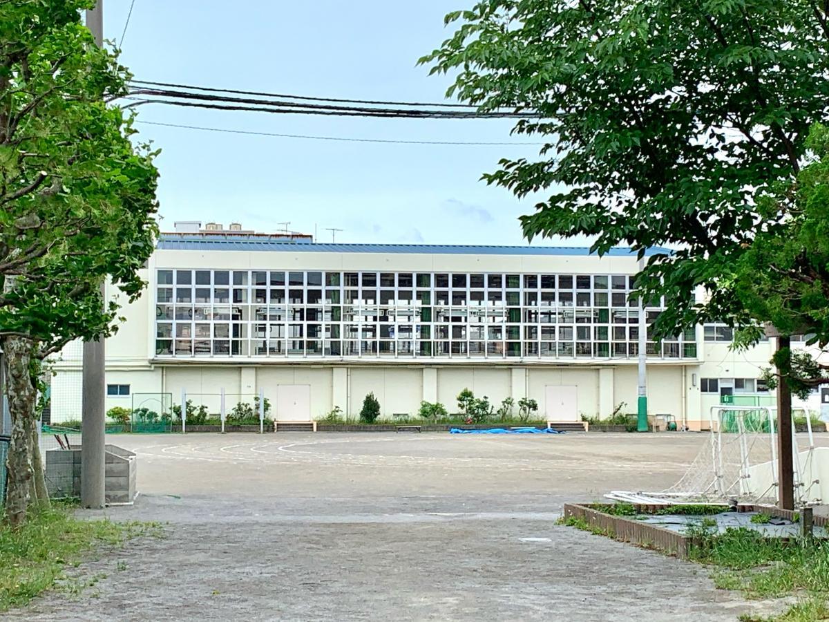 葛飾区立青戸中学校の体育館外観
