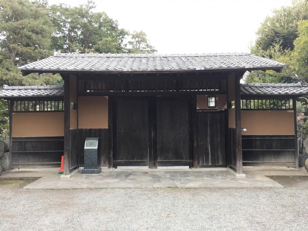 隆泉苑の門
