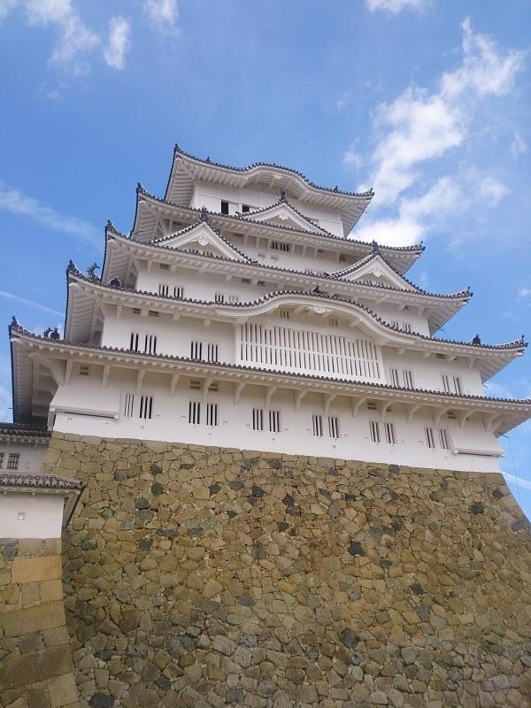 天に向かってそびえ立つ姫路城
