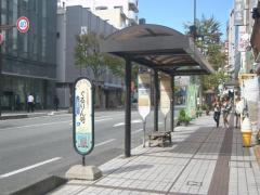 「かるかや山前」バス停留所