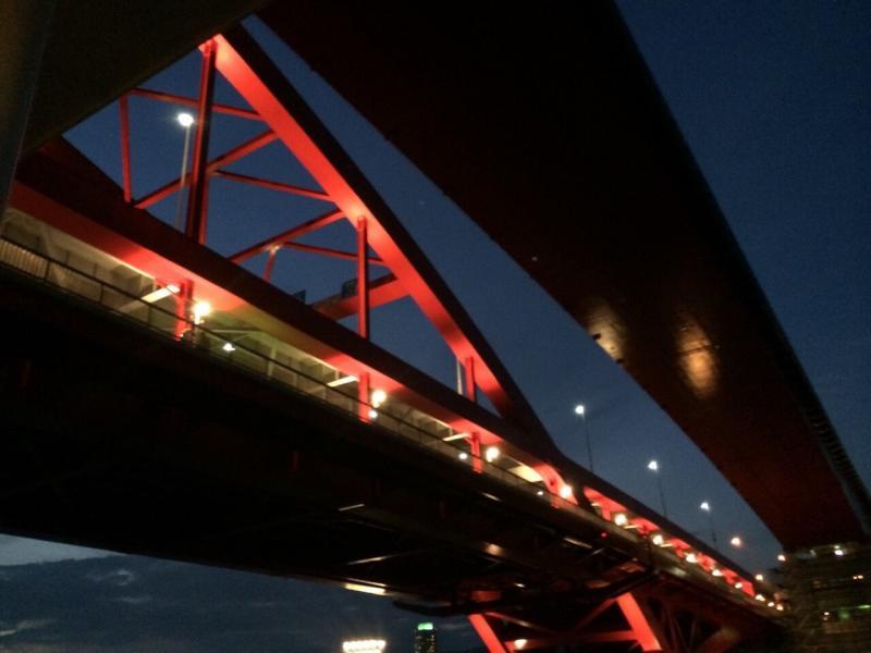 下から見た神戸大橋